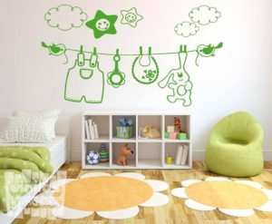Vinilo decorativo de tendedero pajaritos bebé con peluche, babero, peto, etc...