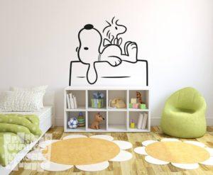 Vinilo decorativo de Snoopy y Emilio en el tejado de su caseta.