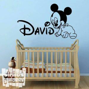 Vinilo decorativo infantil de Mickey baby gateando + nombre personalizado. Mickey Mouse - Disney.