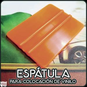 Espátula plásticade doble filo para la aplicación de vinilos, apta para aplicaciones tanto en húmedocomo en seco.