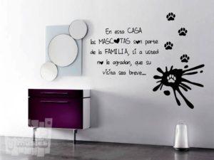 Vinilo decorativo en esta casa, las mascotas son parte de la familia...