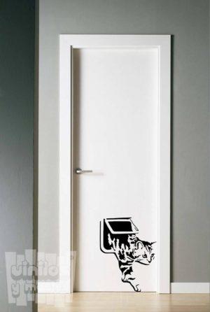 Vinilo decorativo gatito puerta.