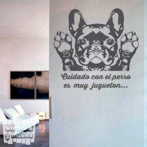 """Vinilo decorativo Bulldog francés """"cuidado con el perro, es muy juguetón"""""""
