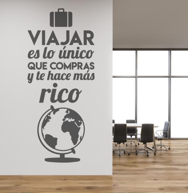 Vinilo decorativo Frase: Viajar es lo único que compras y te hace más rico - vinilosymas.es